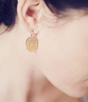 Christina Pauls Ohrhänger «Lochwerk», oval, Silber goldplatiniert