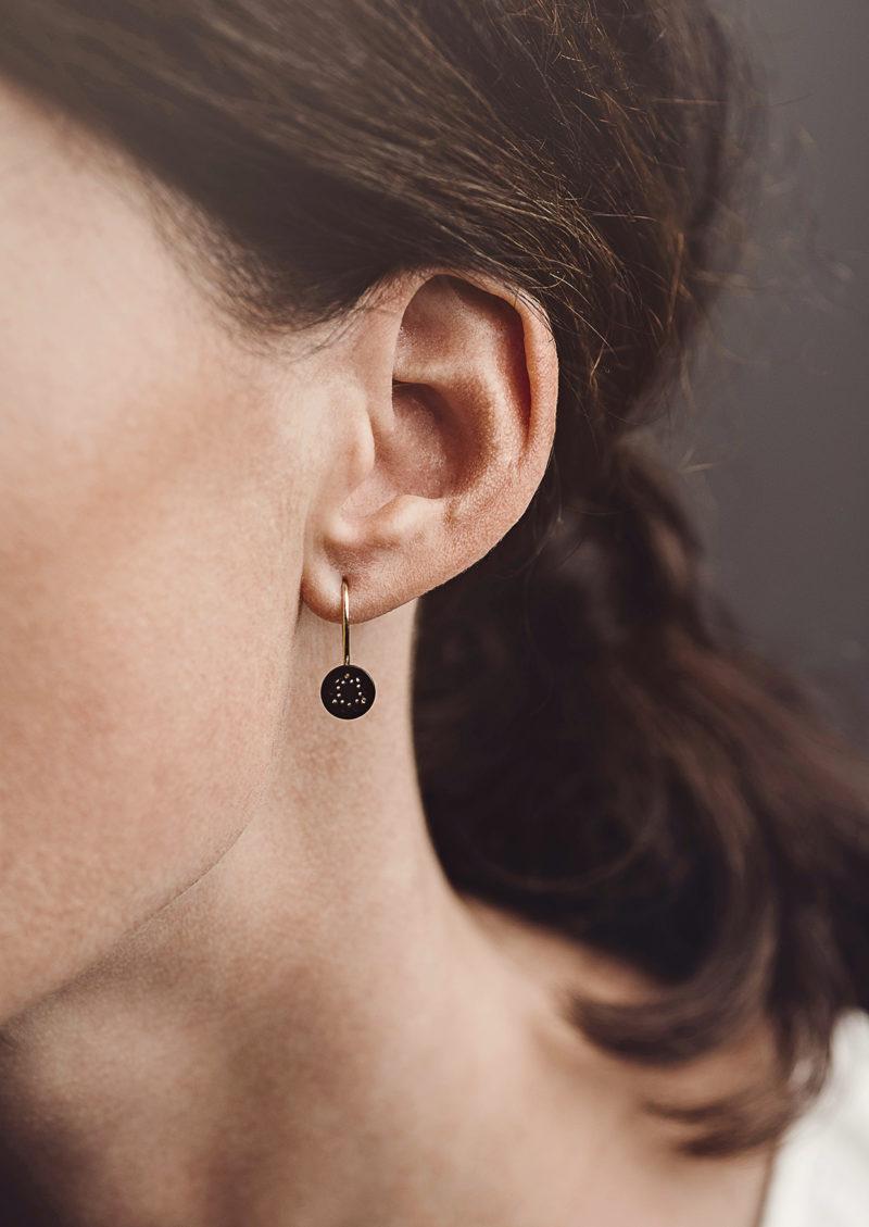 Christina Pauls, Ohrhänger Lochwerk, rund, klein, synthetischer Onyx, Silber goldplattiert