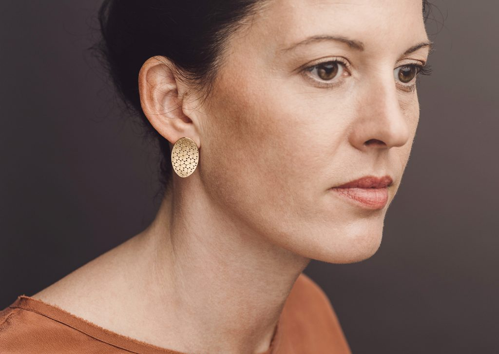 Christina Pauls Ohrstecker «Nadelwerk Linea», oval, Silber goldplattiert