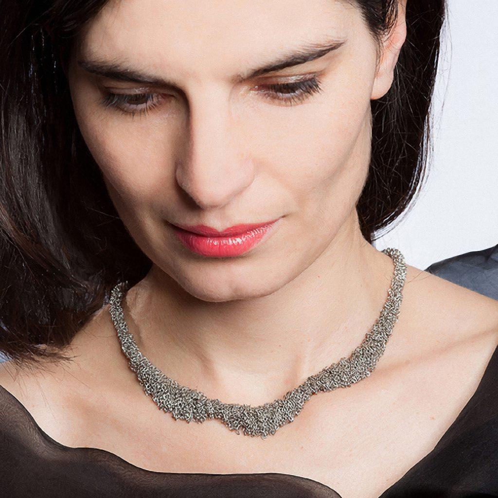 Dorothea Brill, Kette «Meterweise / Blume», Silber rhodiniert