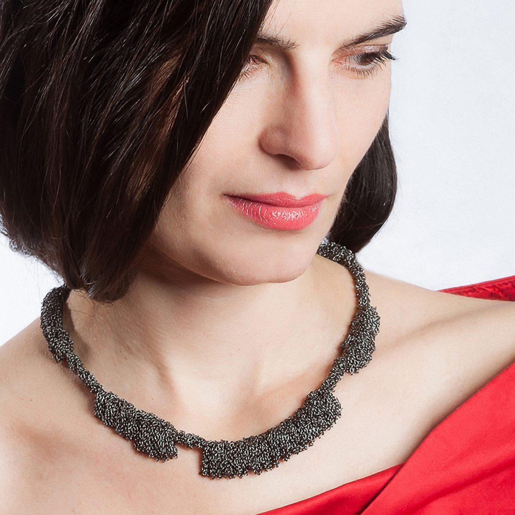 Dorothea Brill, Kette «Meterweise / Ladakh», Silber schwarz rhodiniert