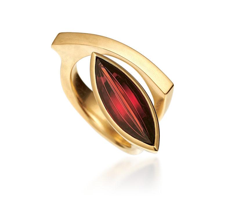 Angela Hübel, Ring «Lagune Navette», Gelbgold, Granat