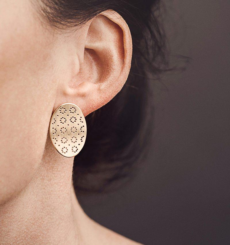 Christina Pauls, Ohrring «Nadelwerk Anni», oval, Silber goldplattiert