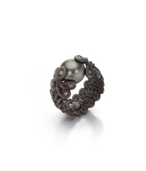 Brigitte Adolph, Ring «Figaro», geschwärztes Silber, Tahiti-Zuchtperle, Brillanten